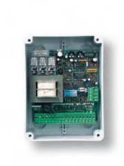 оснащена выдвижными зажимными клеммами. позволяет легко подключать радиоплаты. используется для одного двигателя...